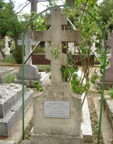 На кладбище Сен-Женевьев де Буа