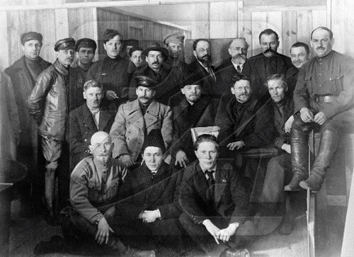 Иосиф Сталин, Владимир Ленин и Михаил Калинин среди делегатов VIII съезда РКП (б)