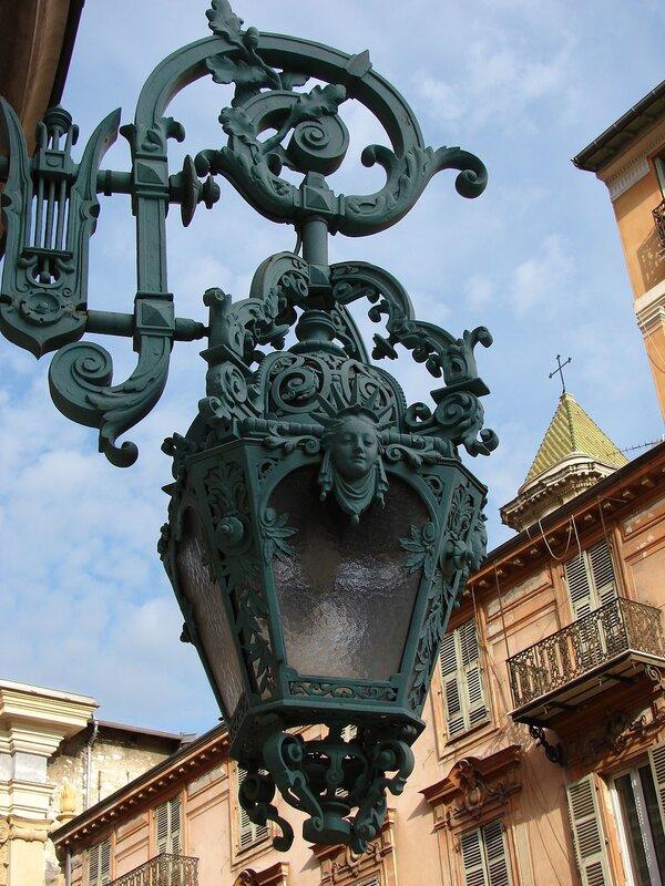 фонарь на здании Оперы