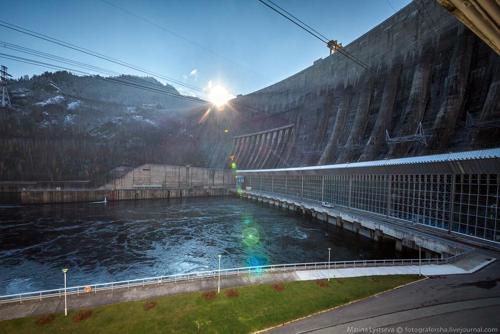 14. В машинном зале ГЭС размещено 10 гидроагрегатов мощностью по 640 МВт с радиально-осевыми турбина