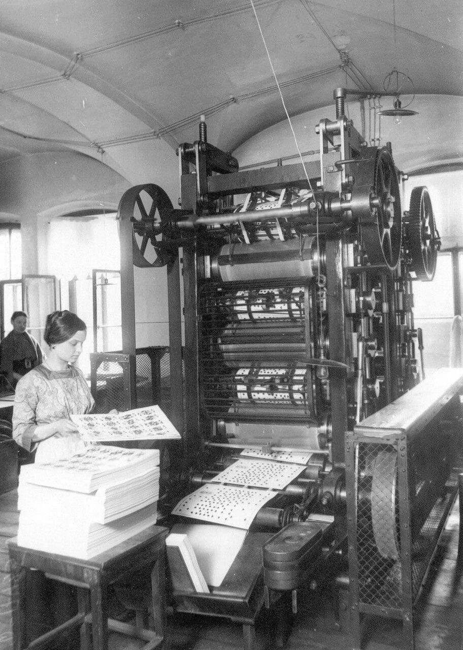 05. Работница фабрики у станка. 1913