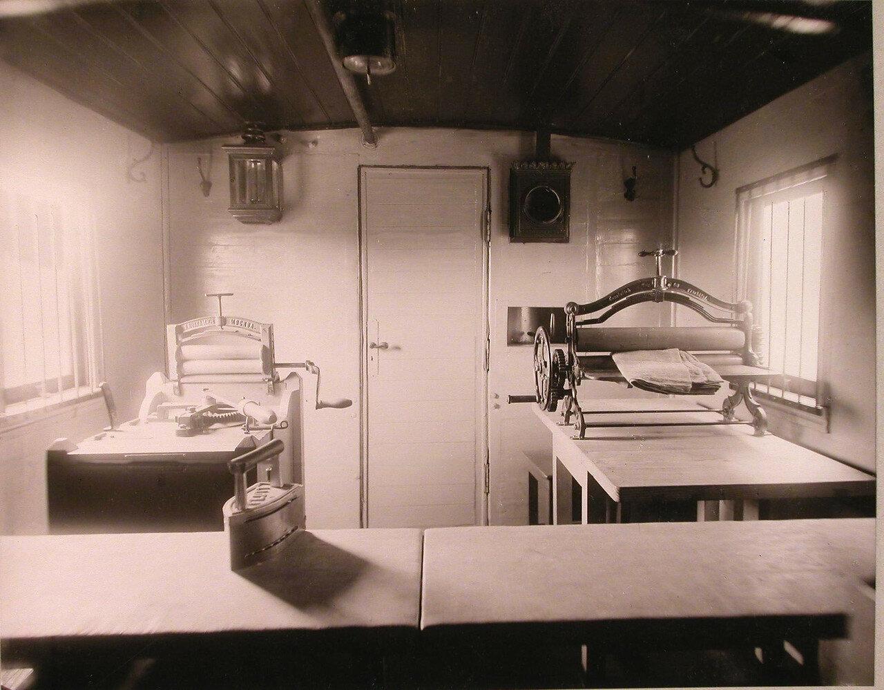 09. Внутренний вид вагона поезда, оборудованного под кладовую для белья и его глаженье