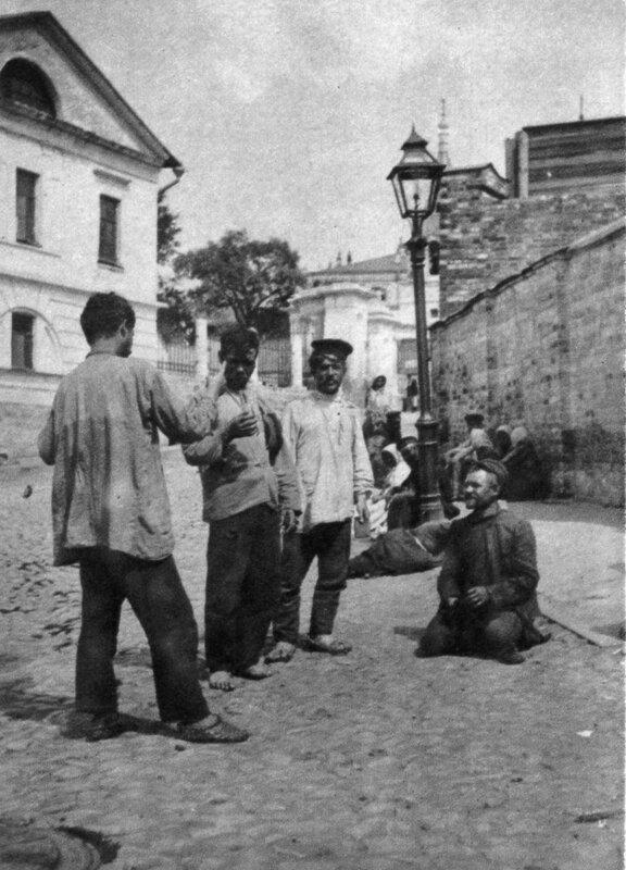 Угол Хитровской площади. На заднем плане усадьба Лопухиных, где родился композитор Скрябин.