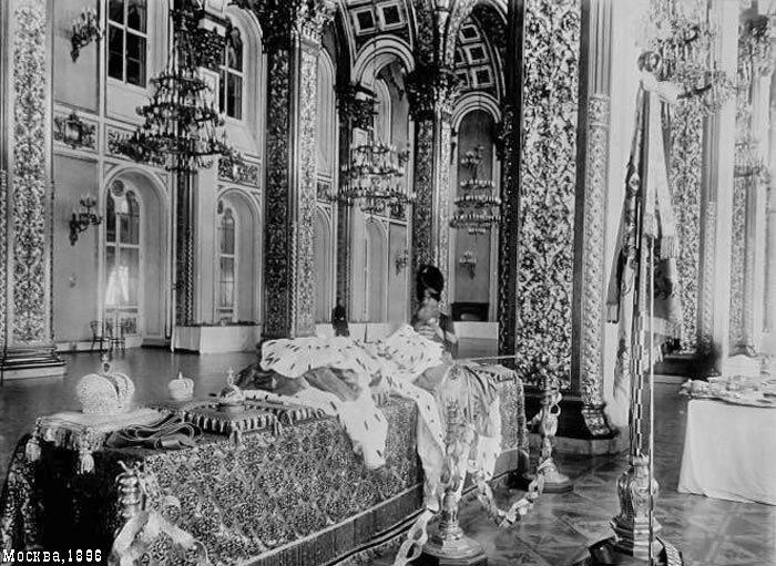Караульный на страже царских реагалий в Большим Кремлёвском дворце