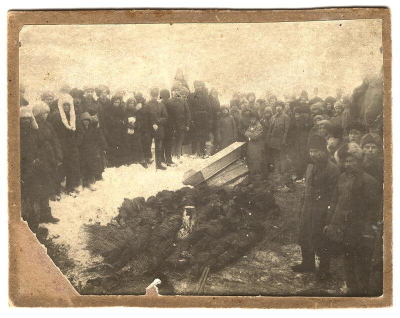 Томичи переносят тела расстелянных участников  антиколчаковского восстания