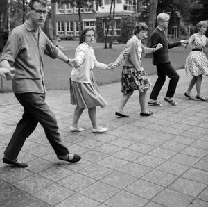 1962. Принцесса Марейке с одноклассниками на уроке движения [разучивают] греческий танец в дворе института для слабовидящих детей Фонда Принца Александра.