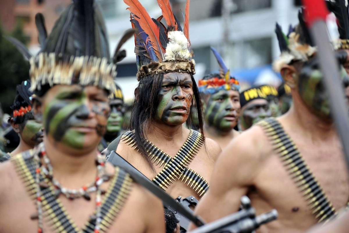 Смерть бледнолицым!: Эквадорские индейцы с в парадном строю