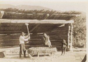 Крестьяне за обработкой зерна