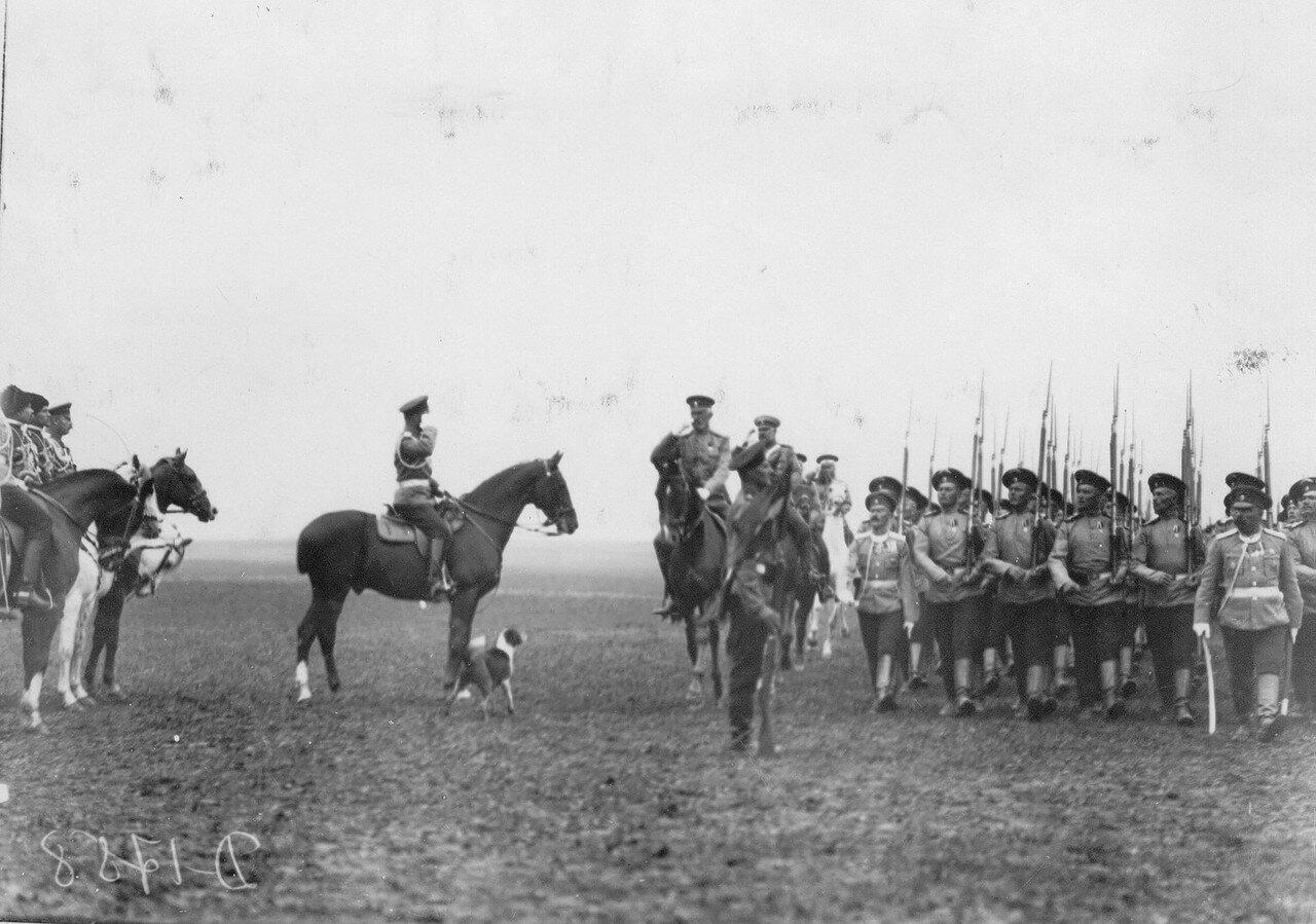 05.Эриванский полк проходит церемониальным маршем мимо императора Николая II во время смотра полк.  Красное Село. 1913