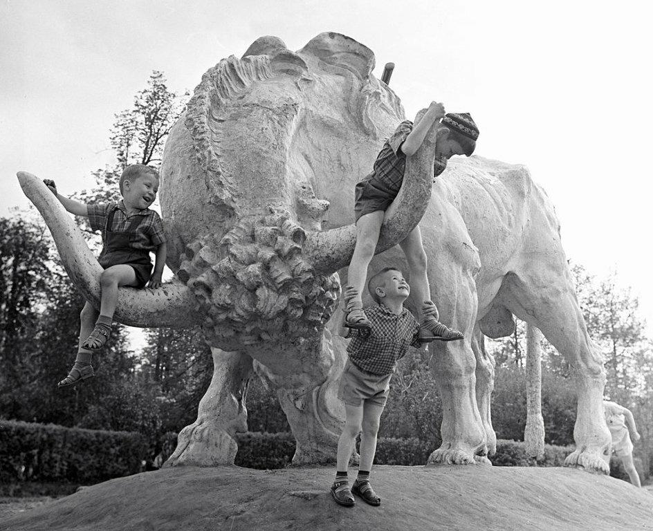 Дети играют на статуе буйвола, стоявшей на одной из аллей парка Горького