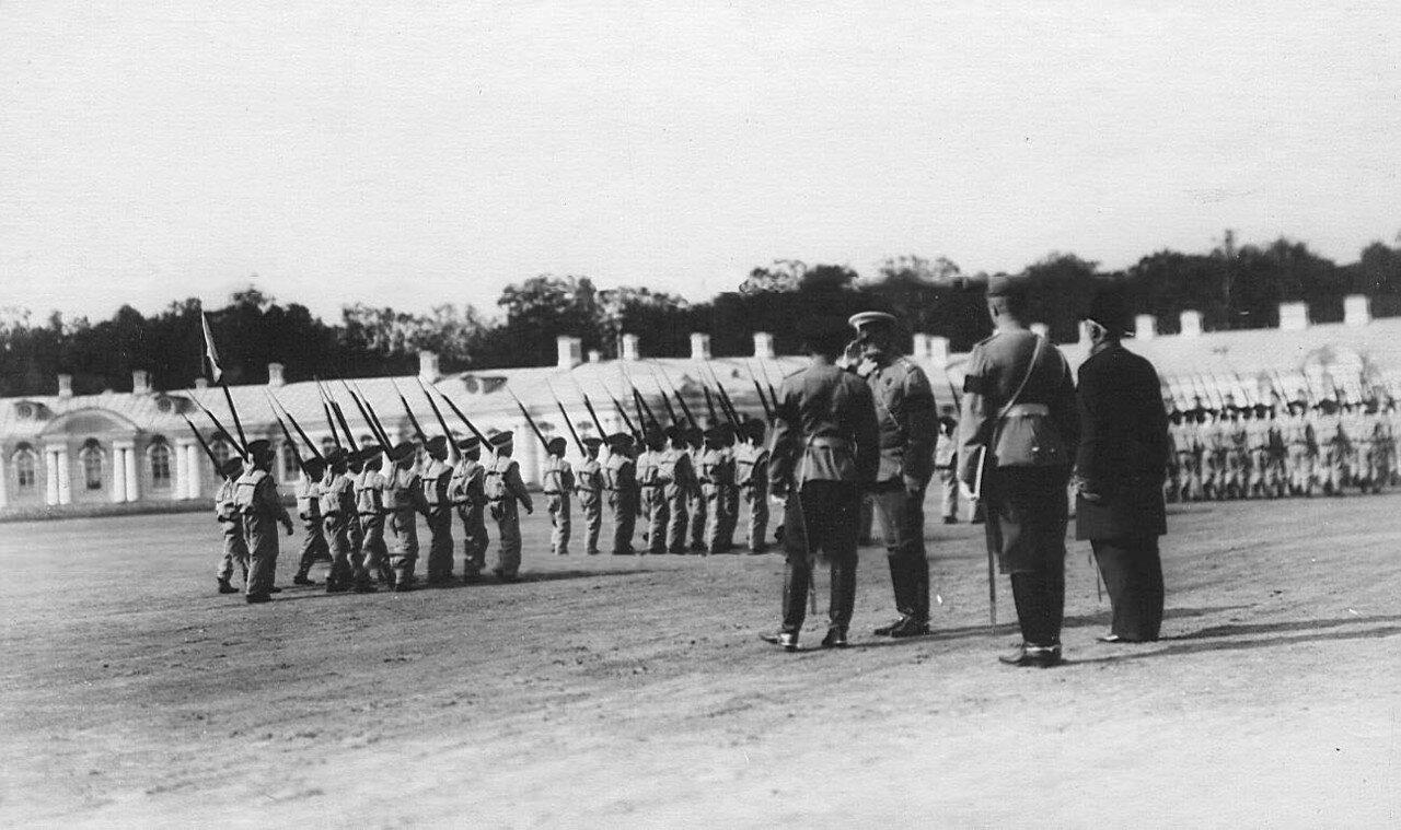 19. Император Николай II с группой офицеров пропускает церемониальным маршем строй воспитанников