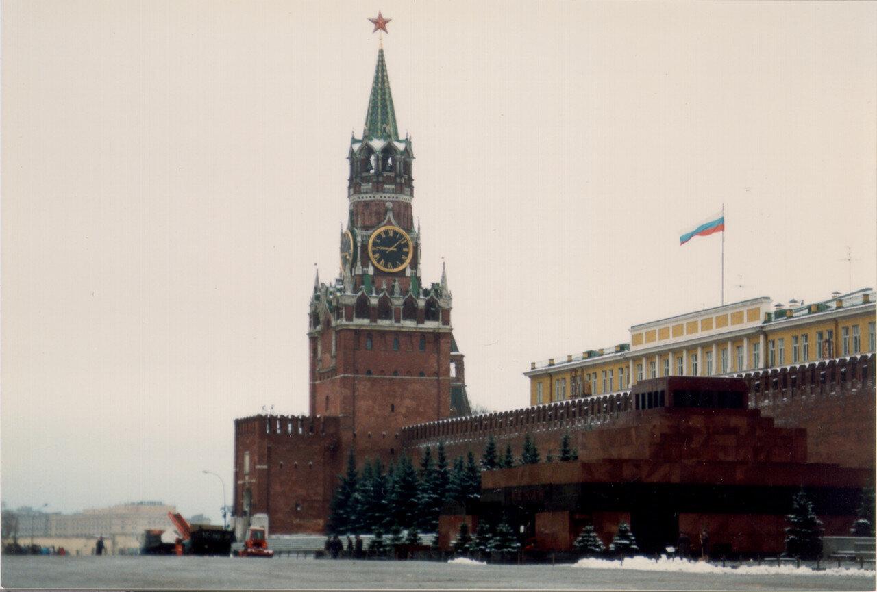 24. Кремль с российским флагом