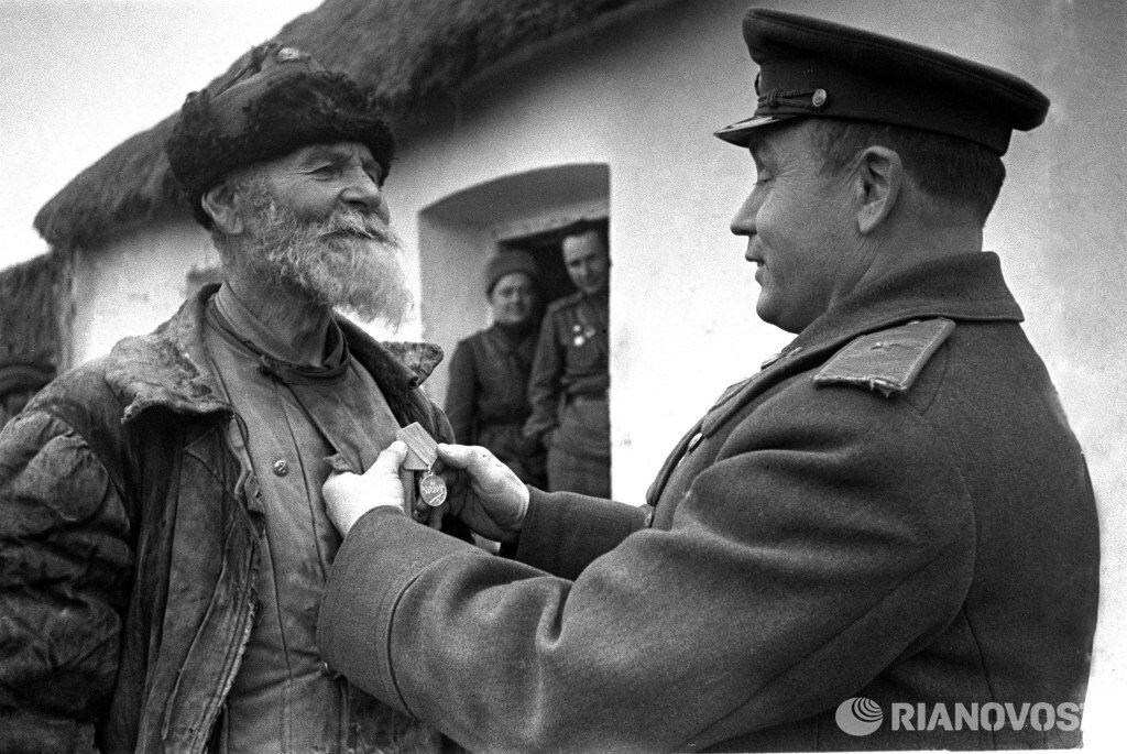 1943. Украинский фронт. Командир дивизиона награждает колхозника Помкина за подвиг