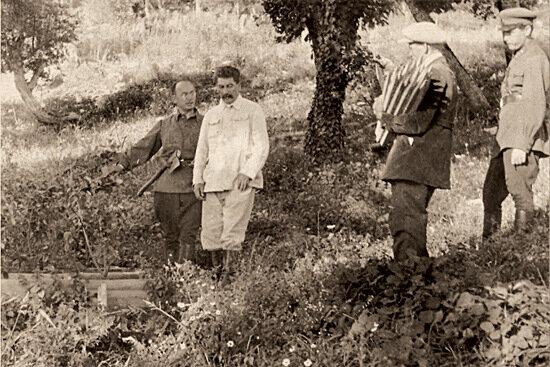 Иосиф Сталин и Лаврентий Берия на пикникево время отдыха на Северном Кавказе.