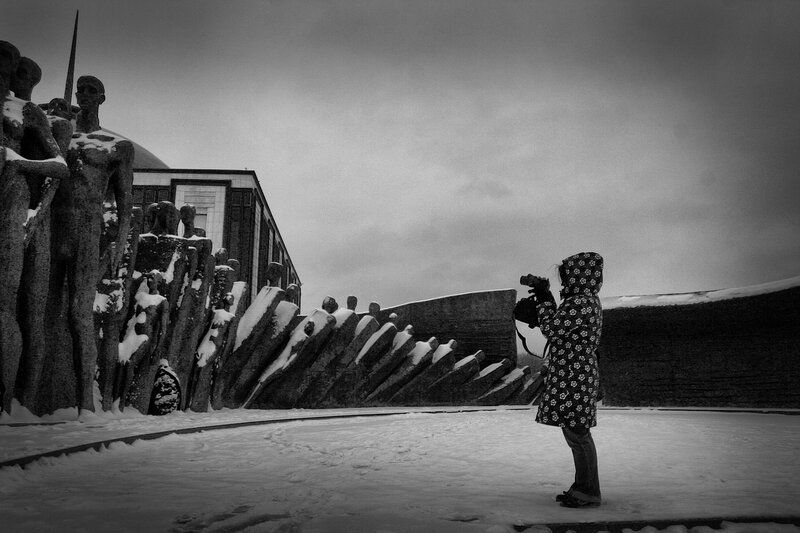 Арина фотографирует памятник