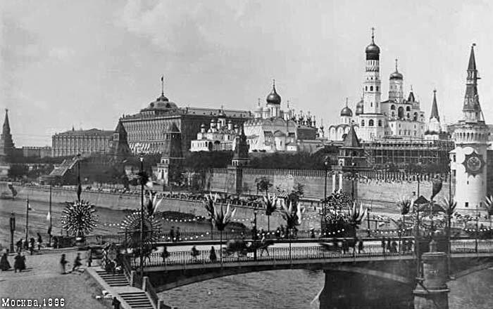 Кремль и Московрецкий мост украшенные  по случаю праздника