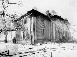 Обгоревшее здание собора Пресвятой Троицы с приставленными к нему пожарными лестницами.