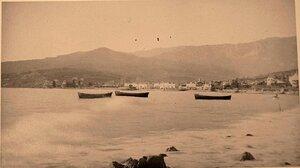 Лодки в море вблизи берега. Ялта