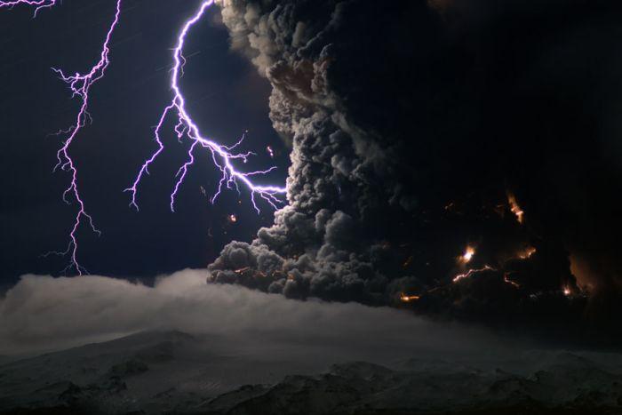 Красивые фотографии молний в самых разных местах и ситуациях 0 a552d 9ae2a3f4 orig
