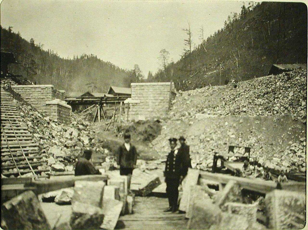 64. Работники на строительстве моста на 8-й версте Кругобайкальской железной дороги