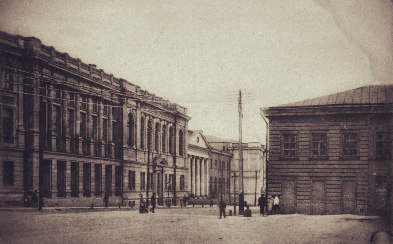 Вид на химический корпус и библиотеку Университета