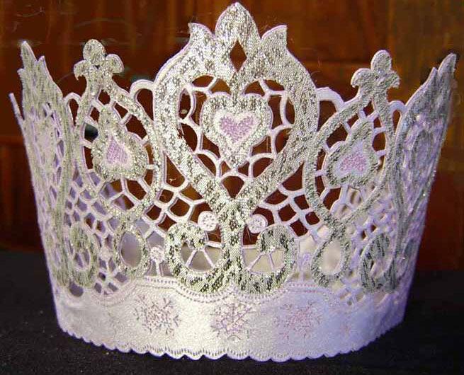 вот сделала своей принцесс на новый год корону.  Оцените.