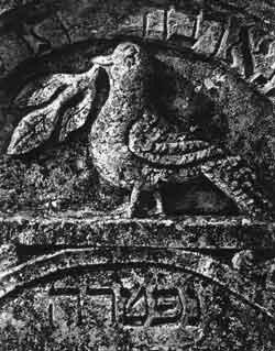 Стела с изображением голубя с веткой в клюве