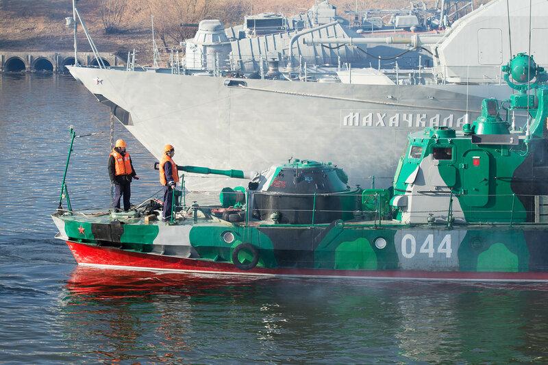 Корабли Каспийской флотилии вышли в море для отработки тактики ведения морского боя