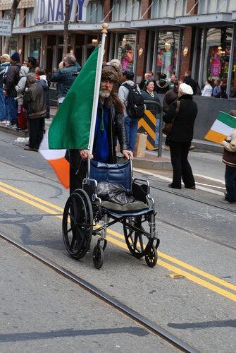 Мужчина с инвалидной коляской и флагом