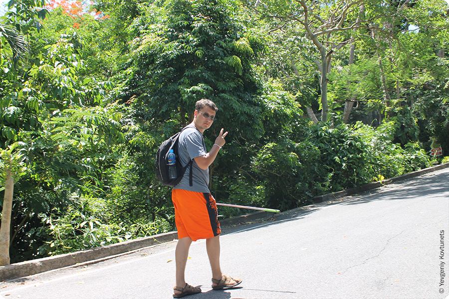 Автор блога преодолевает подъем в гору. Зоопарк Кхао-Кхео. Тайланд.