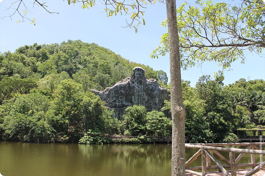 Тигриная скала в зоопарке Кхао-Кхео, Тайланд