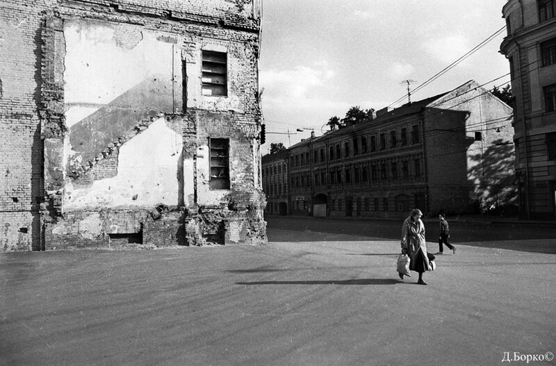 3743 Новослободская улица На той стороне дома 21, 19 кон.1980-х отпечаток сломанного дома 16 на доме 14..jpg
