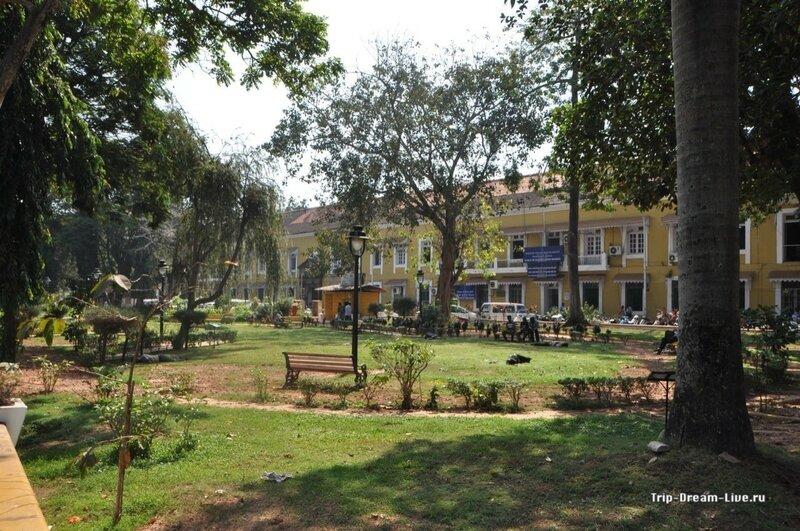 Здание секретариата и парк в Пананджи