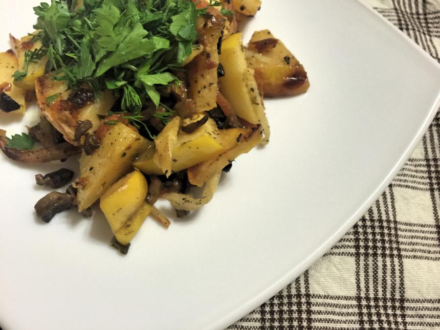 Тёплый салат из сельдерея с айвой