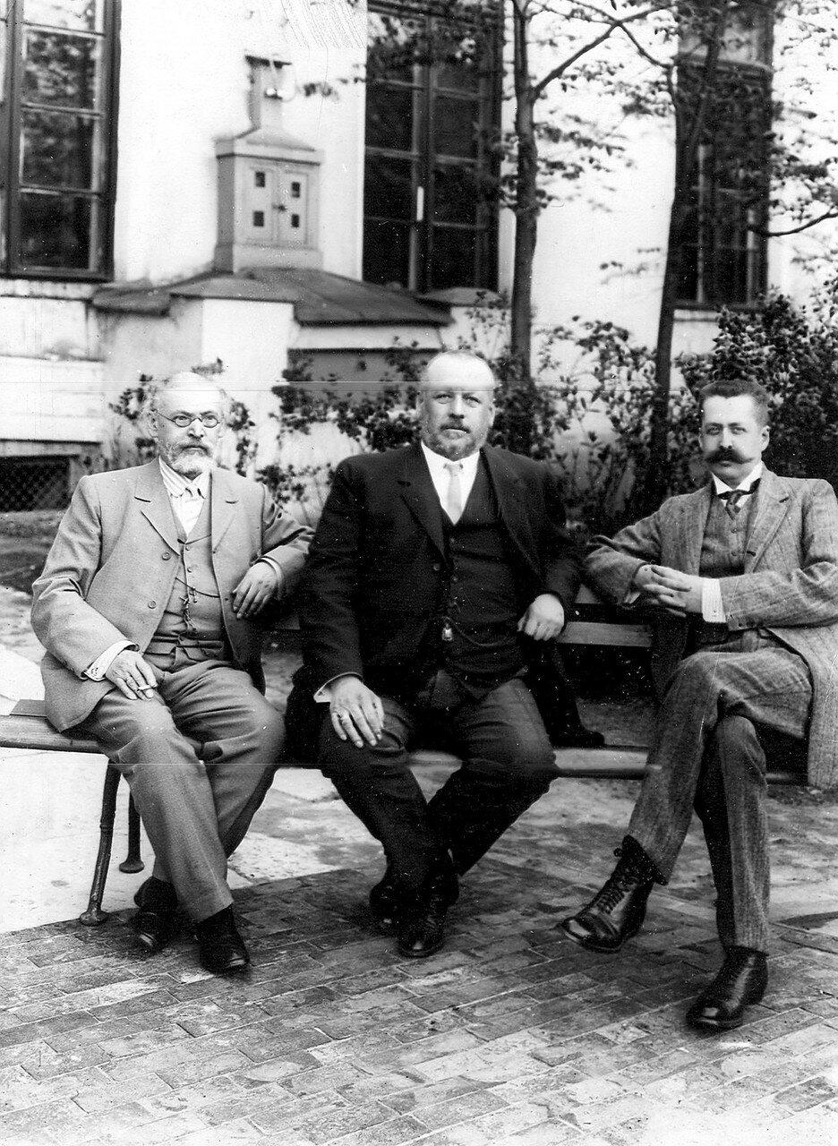 Депутаты Третьей Государственной думы В.М. Родзянко и В.М. Волконский на скамейке