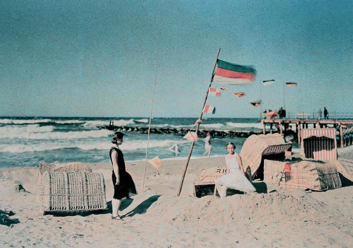 1925. Пляжная сцена с флагом