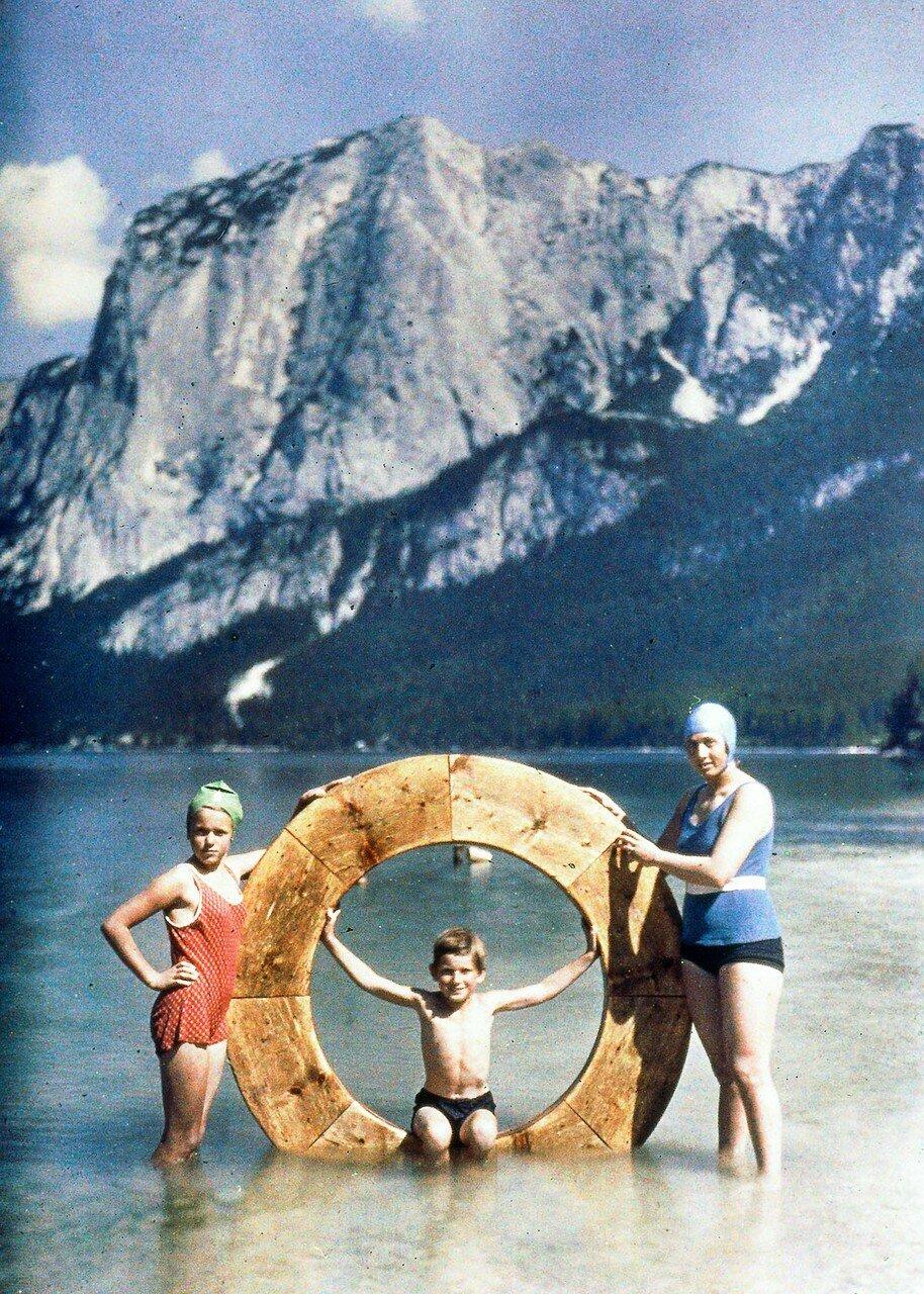 1925. Семья на озере