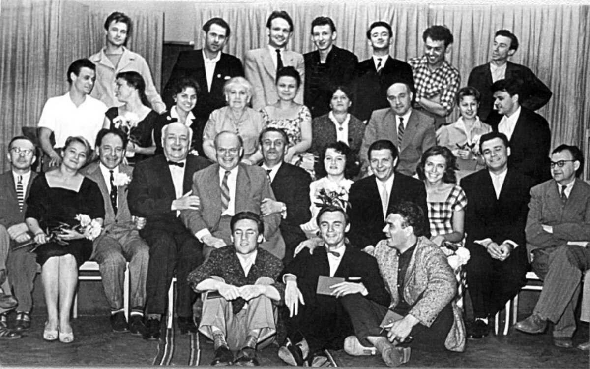 1960. Владимир Высоцкий с выпускниками школы-студии МХАТ и педагогами