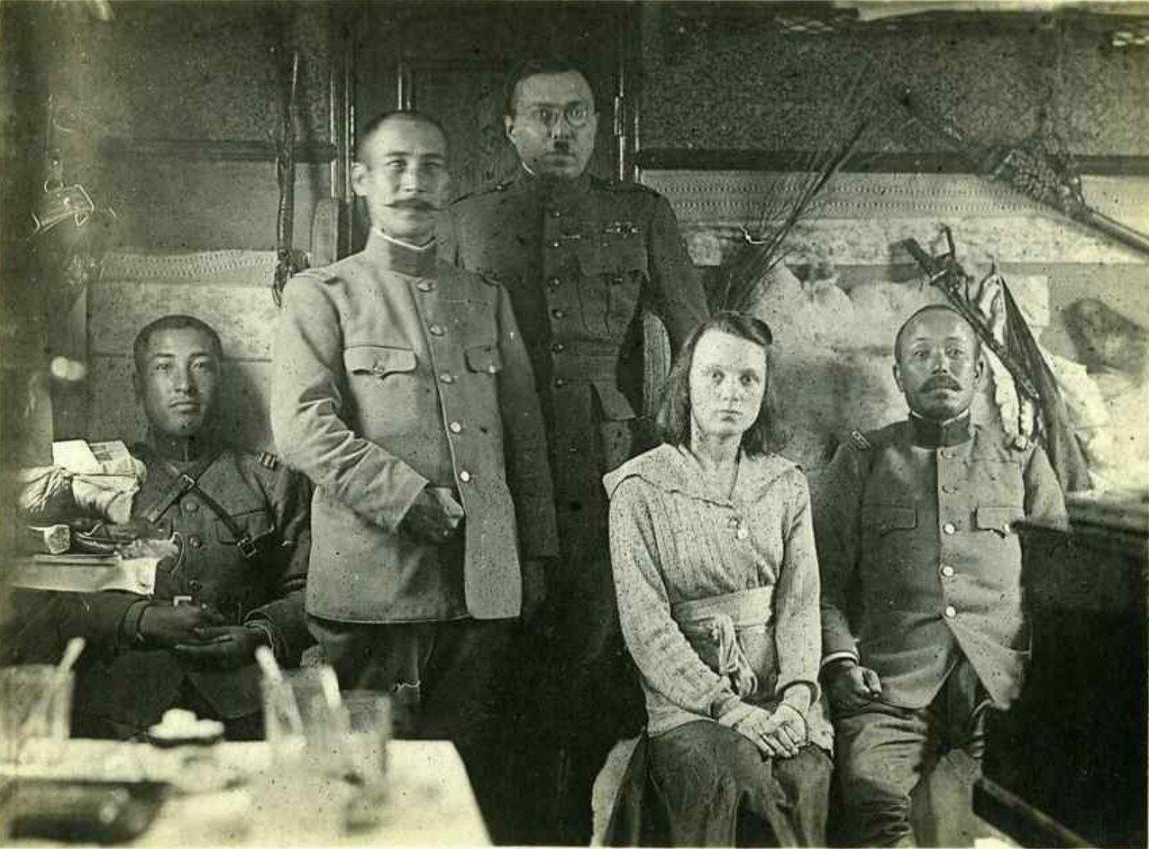 1919. Грондейс (в центре)  с тремя японскими офицерами и  женой Валентиной Гончаренко