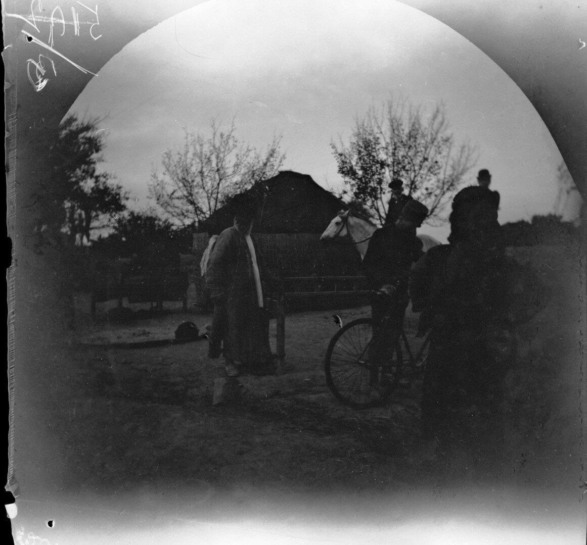 31 октября. Окрестности Ашхабада. Генерал фон Шульц  с дочерью  и Томас Аллен с велосипедом перед туркменской палаткой