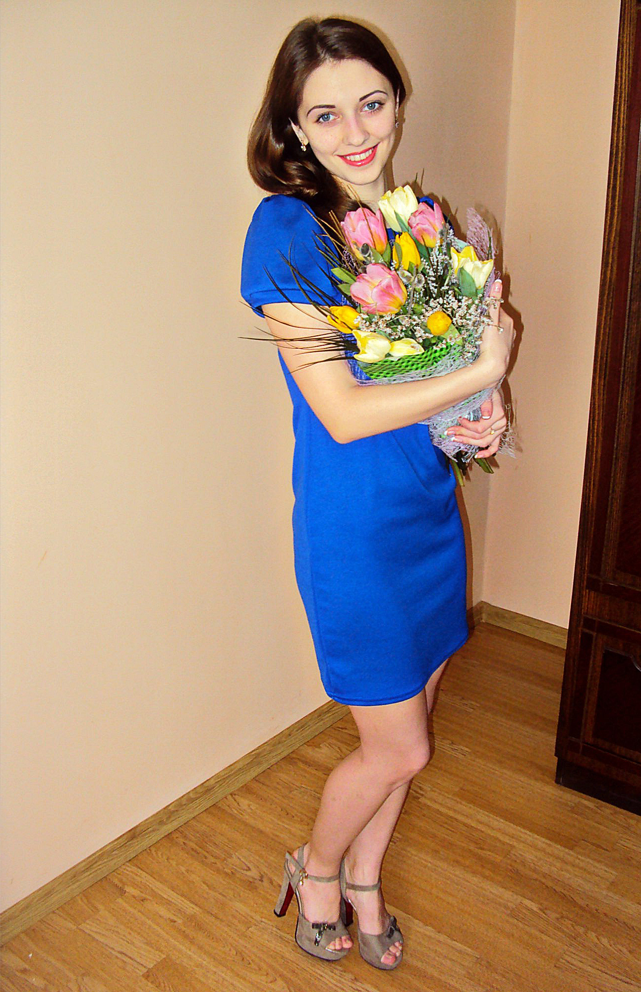 Девчонка дома с букетом тюльпанов