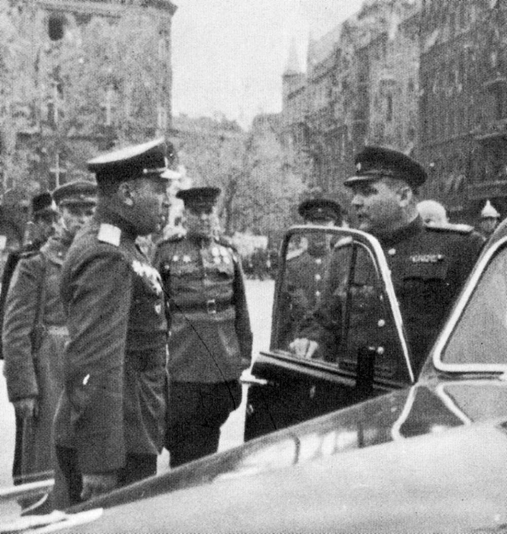 Маршал Р.Я. Малиновский в Будапеште принимает доклад.jpg