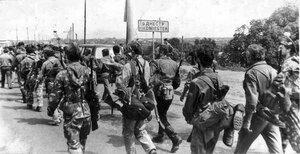 Приднестровские ополченцы направляются по разблокированному мосту в Бендеры, 1992 г