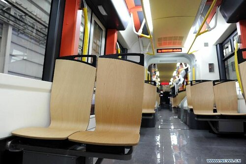 В салоне китайского водородного трамвая светло, просторно, аскетично