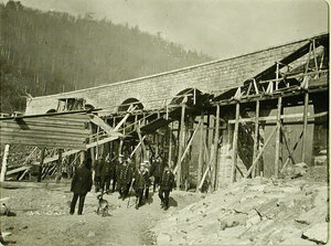 Министр путей сообщения М.И.Хилков(с палкой) и сопровождающие его в поездке лица у виадука(на 64-й версте Кругобайкальской железной дороги)