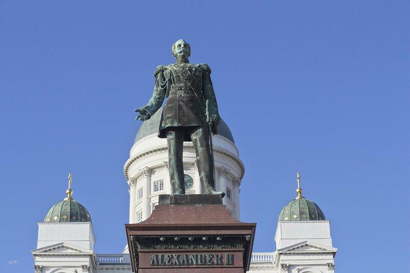 Памятник российскому императору Александру II в Хельсинки перед Кафедральным собором Святого Николая (небесного покровителя царствующего российского императора Николая I) на Сенатской площади