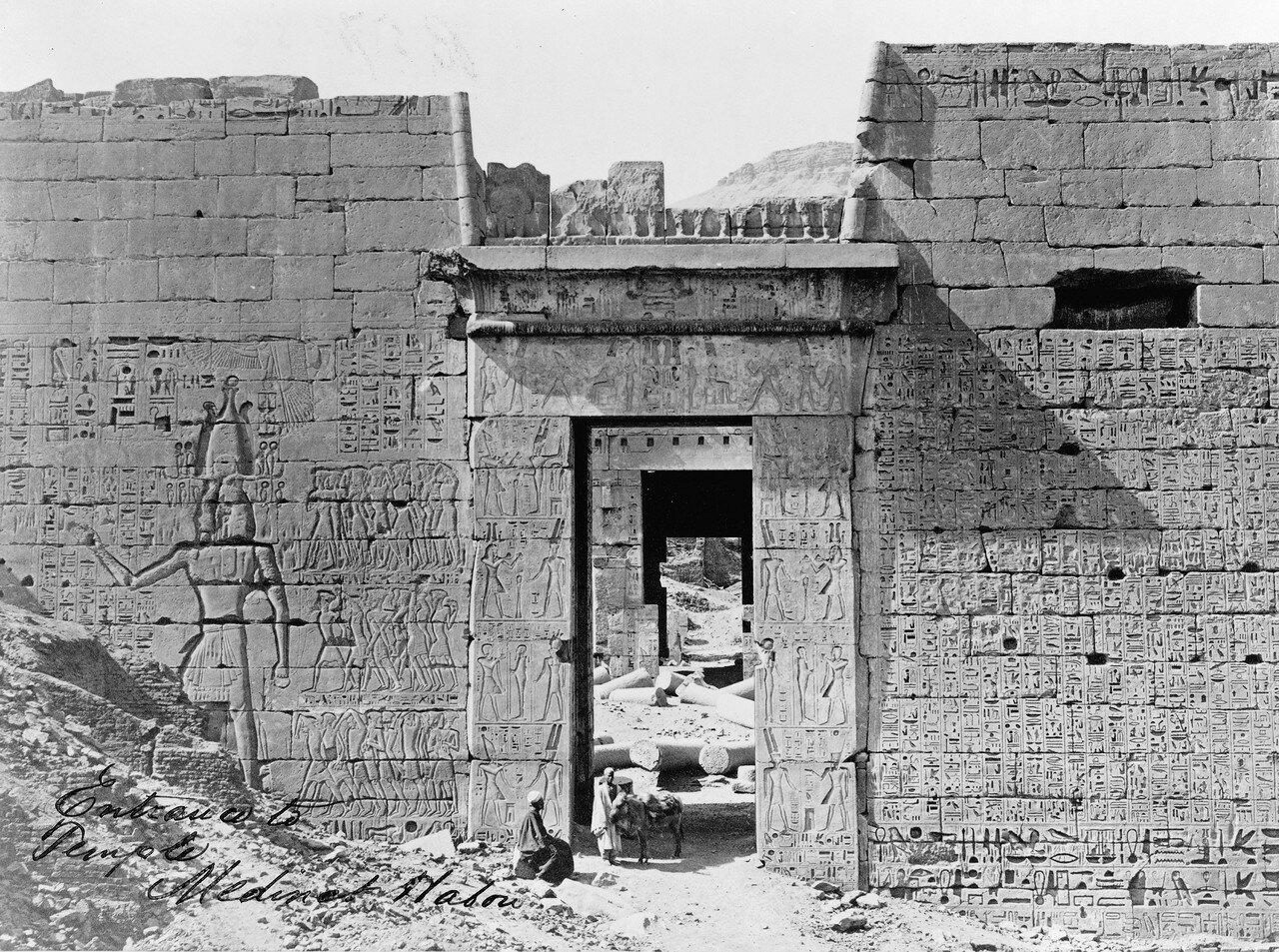 Мединет-Абу. Вход в храм Рамсеса III