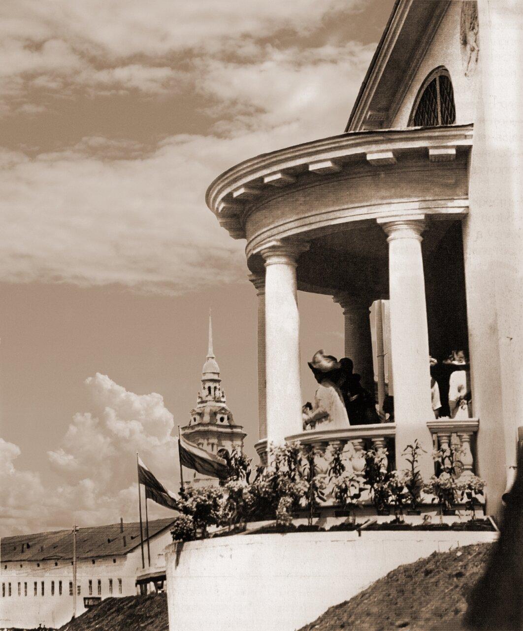 Император Николай на балконе городского царского павильона