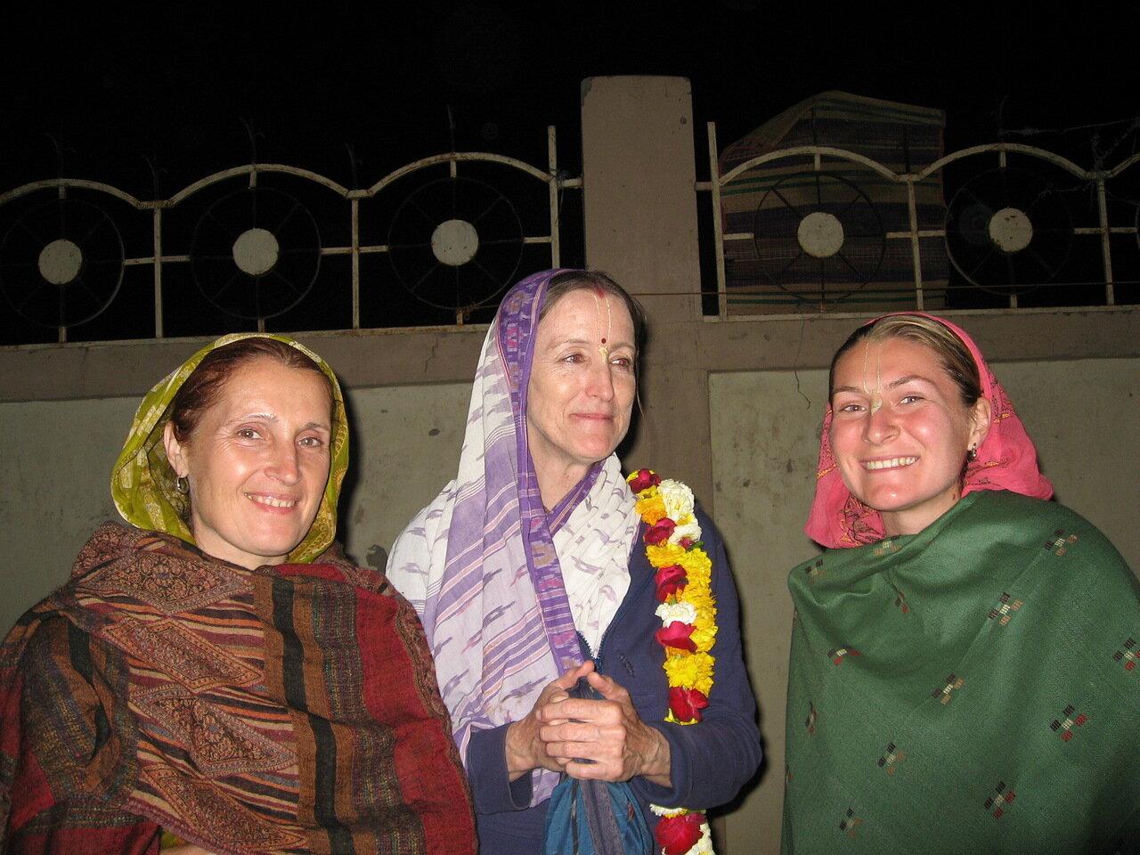 Нанди Мукхи деви даси и ученица Шрилы Прабхупады возле лазарета во Вриндаване