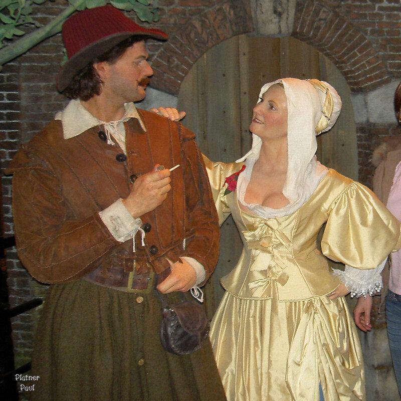 парочка в национальных костюмах о чем то мило беседовала..... Музей Мадам Тюссо